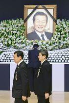 22日、ソウルで行われたロッテグループの創業者、重光武雄氏の告別式に参列する同グループの重光昭夫会長(左)ら(共同)