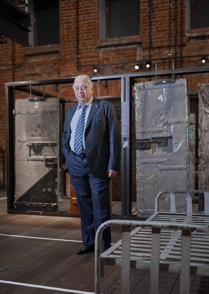 モスクワ副市長のペチャトニコフ。背後にあるのは収容所で使われていた扉だ。(Frank Herfort撮影、共同)=モスクワの国立強制収容所博物館