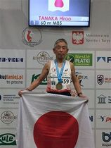 M85クラスの60メートルで優勝し表彰される田中さん=3月27日、ポーランド・トルン(岩手マスターズ陸上競技連盟・佐々木文夫さん提供)