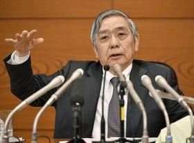 記者会見する日銀の黒田総裁=25日午後、日銀本店