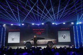 ピックアップトラック型EV「サイバートラック」を紹介するテスラのマスクCEO=21日、ロサンゼルス郊外(AP=共同)