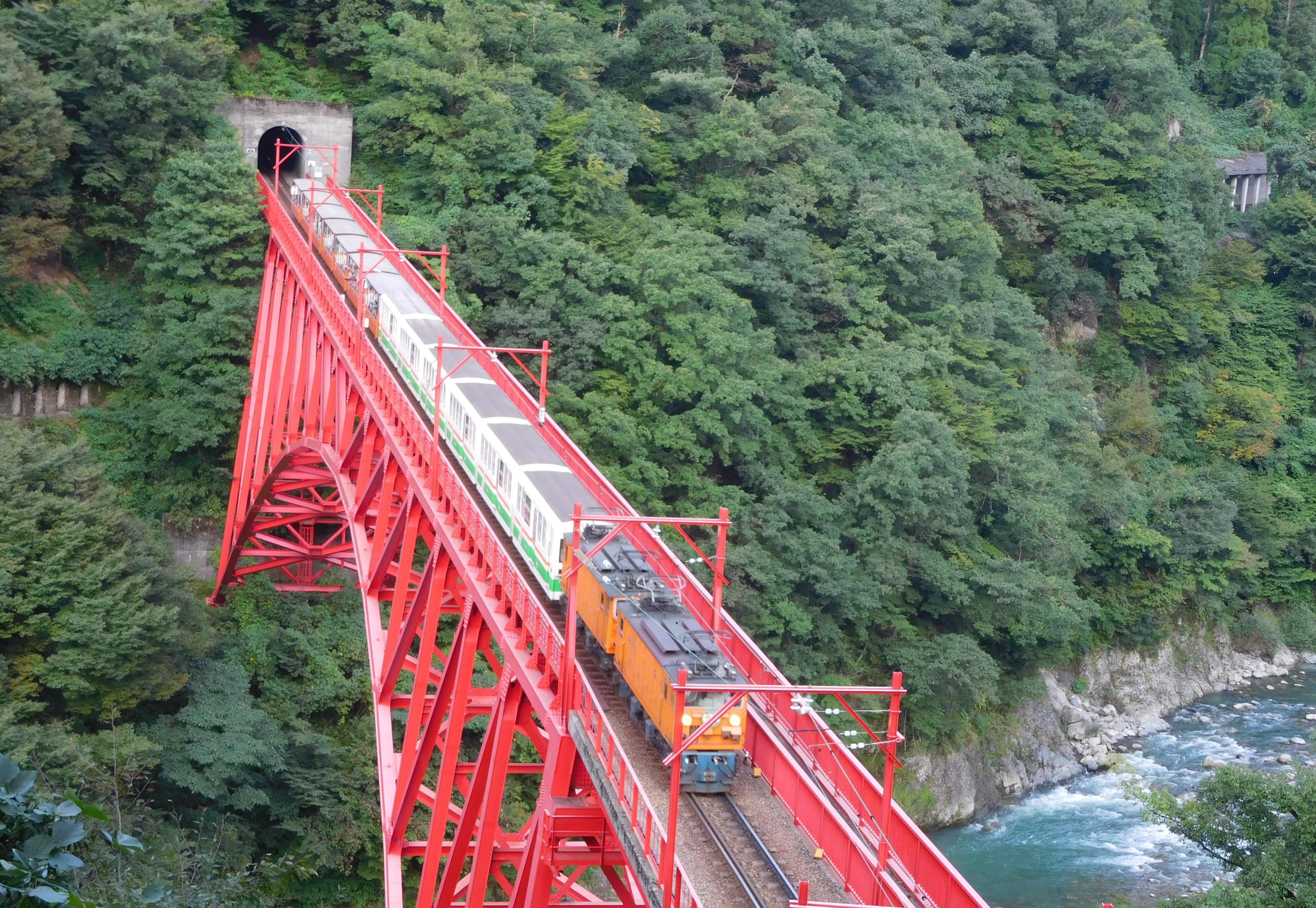 新山彦橋を渡るトロッコ電車=9月25日