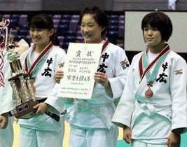 柔道女子団体で3位に入った中広の今岡(右)、本田(中)、葛城