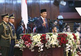 就任宣誓式で演説するインドネシアのジョコ大統領=20日、ジャカルタ(大統領府提供・共同)