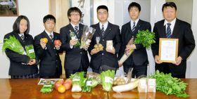 取得数日本一を発表した(右から)渡辺校長、武山委員長ら