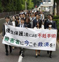 旧優生保護法下の強制不妊手術を巡り、国に損害賠償を求め東京地裁へ提訴に向かう原告弁護団ら=17日午前