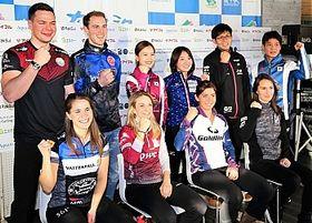 記者会見で笑顔を見せるSC軽井沢クラブの両角友佑(後列右から2人目)ら主要チームのスキップたち