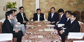 働き方改革関連法案を巡り、会談する自民、公明両党と日本維新の会、希望の党の国対委員長と実務者ら=21日午後、国会