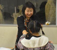 勉強の合間に子どもと遊ぶ北川さん