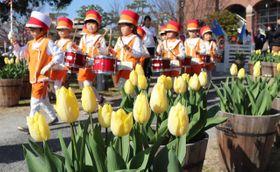 色鮮やかなチューリップと園児たち=洲本市塩屋1