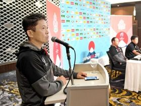 日本代表の記者会見で司会を務める藪木宏之さん=東京都内(撮影・棚橋慶太)