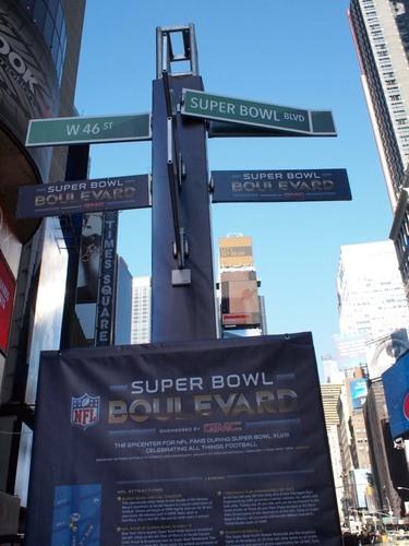 スーパーボウル仕様に変えられた道路標識=撮影:Hiroshi Ikezawa、30日、ニューヨーク