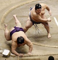 十両の優勝決定戦、徳勝龍(右)が突き落としで大奄美を破る=両国国技館