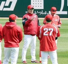 選手に今後の練習方針を説明する佐々岡監督=左から2人目(撮影・川村奈菜)