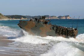 訓練で砂浜に上陸する水陸両用車=鹿児島県、種子島