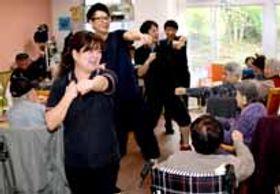 レノファ健康元気体操を踊る施設の利用者と職員ら=防府市