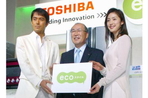 省エネ家電をPRする西田厚聡社長(当時)、阿部寛さん(左)と天海祐希さん(右)とともに=2007年10月