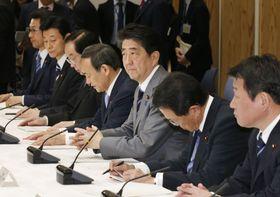 月例経済報告に関する関係閣僚会議に臨む安倍首相ら=20日午後、首相官邸