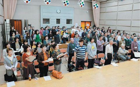 初ステージに向けて練習に取り組む「おおいた第九を歌う会」のメンバー=県立芸術文化短大
