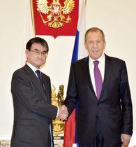 会談を前に握手する河野外相(左)とロシアのラブロフ外相=16日、ドイツ・ミュンヘン(共同)