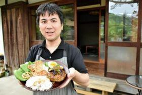 古民家でカフェ料理に挑戦した前川茂之記者=神戸市北区山田町下谷上