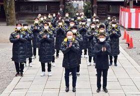 今季の飛躍を祈願する栃木SCの選手ら=18日午前、宇都宮二荒山神社