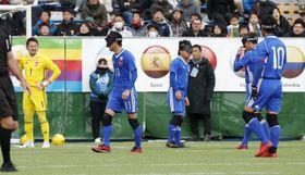 日本―イングランド 後半、2点目を奪われ、肩を落とす日本の選手たち=品川区立天王洲公園