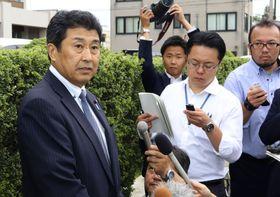 初公判を終え、富山地裁前で取材に応じる富山市議会元議長の村上和久被告=16日午後