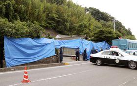 遺体が発見され、ブルーシートで覆われた坂本基子さん宅=22日午後5時54分、福島県いわき市