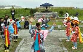福島県浪江町請戸地区の神社で、伝統の「請戸の田植踊」を奉納する踊り子たち=12日午後