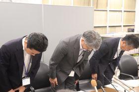 障害者雇用率の算定方法を誤っていたことについて陳謝する古川総務部長(中央)ら=県庁