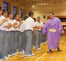 生徒たちと握手をする朝乃山関=富山商業高で