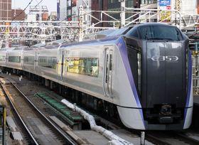 JR東日本の新宿駅(東京)に入線する新型車両「E353系」=2017年11月22日(筆者撮影)