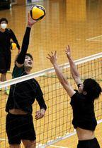 ネット際でのスパイク練習に励むJT広島の小野寺(手前左)