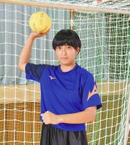 U-16日本代表に選ばれた高来葵美さん=小松商業高で