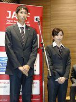 陸上の世界選手権に向けた壮行会で、あいさつする男子主将の戸辺直人(左)。右は女子主将の木村文子=17日、東京都新宿区
