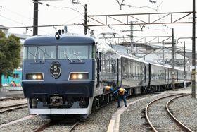 JR西日本の長距離観光特急列車「ウエストエクスプレス銀河」=25日、大阪府吹田市