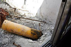 シリアの首都ダマスカス近郊ドゥーマで、アパート4階屋上に残されていた化学兵器の砲弾とみられる黄色いガスボンベのような物体。住民らはここから毒ガスが流出したと証言した=16日(共同)