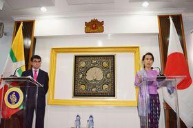 会談後、記者会見に臨む河野外相(左)とミャンマーのアウン・サン・スー・チー国家顧問兼外相=12日、ネピドー(共同)