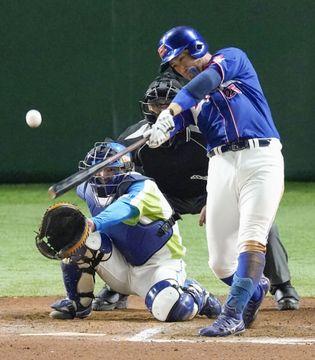 セガサミー―ホンダ タイブレークの延長10回表ホンダ2死、佐藤が決勝の満塁本塁打を放つ。捕手須田=東京ドーム