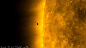 11日、太陽の前を横切り始める水星。NASAの太陽観測衛星が捉えた(NASA提供・AP=共同)