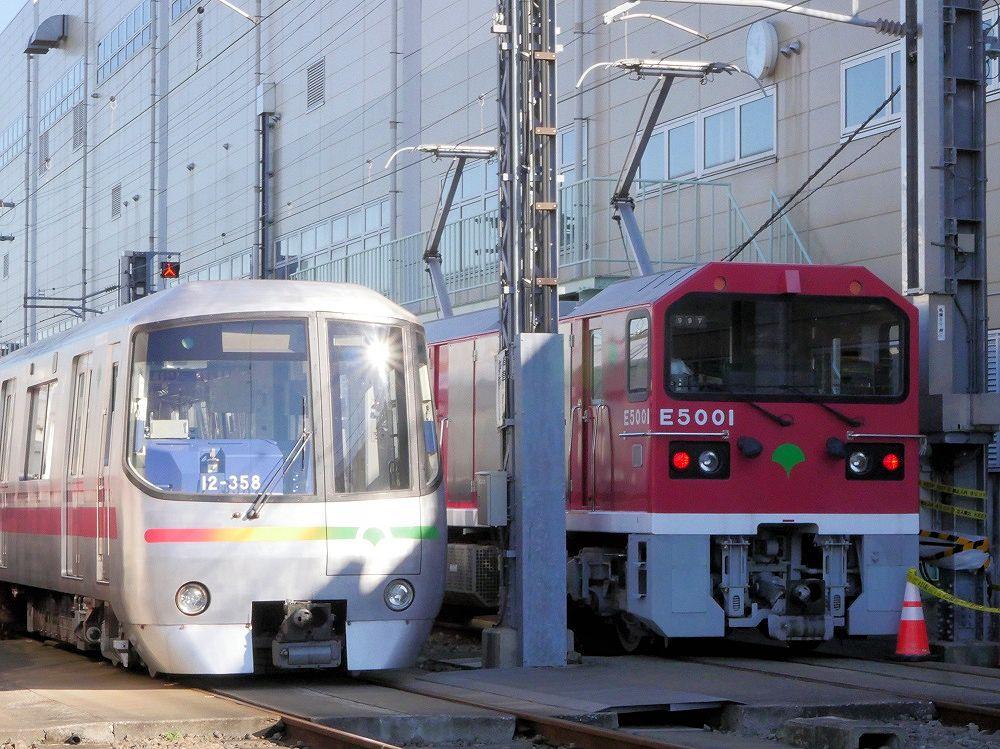 東京都営地下鉄の大江戸線の電車(左)と並ぶ電気機関車E5000形