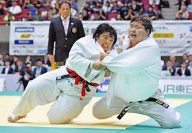 決勝で朝比奈沙羅(右)を破り2連覇を果たした素根輝=横浜文化体育館で