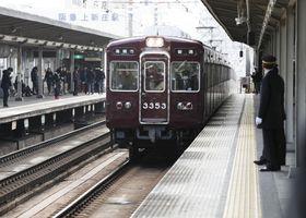 女性が転落した阪急京都線上新庄駅のホーム=18日午後0時34分、大阪市