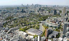 東京23区内にある唯一の米軍基地「赤坂プレスセンター」。敷地内には米軍広報紙の星条旗新聞のビルや、将校の宿舎もある。奥は新宿副都心=2017年4月19日、東京都港区六本木