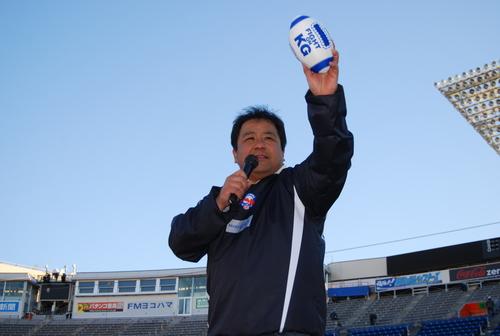 絶妙な司会でチャリティーオークションを仕切った中村多聞さん=19日、横浜スタジアム