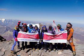 三浦雄一郎さんの志を引き継いでアコンカグアの登頂を果たした次男豪太さん(左から4人目)ら=21日(ミウラ・ドルフィンズ提供)