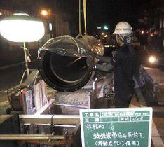 老朽化した水道管の更新工事をする作業員=2019年10月(熊本市上下水道局提供)