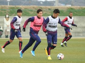 リーグ再開に向け、練習に打ち込むファジアーノ岡山の選手たち=政田サッカー場