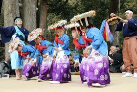 「久野原の御田」で田植えの場面を演じる子どもたち=11日午後、和歌山県有田川町